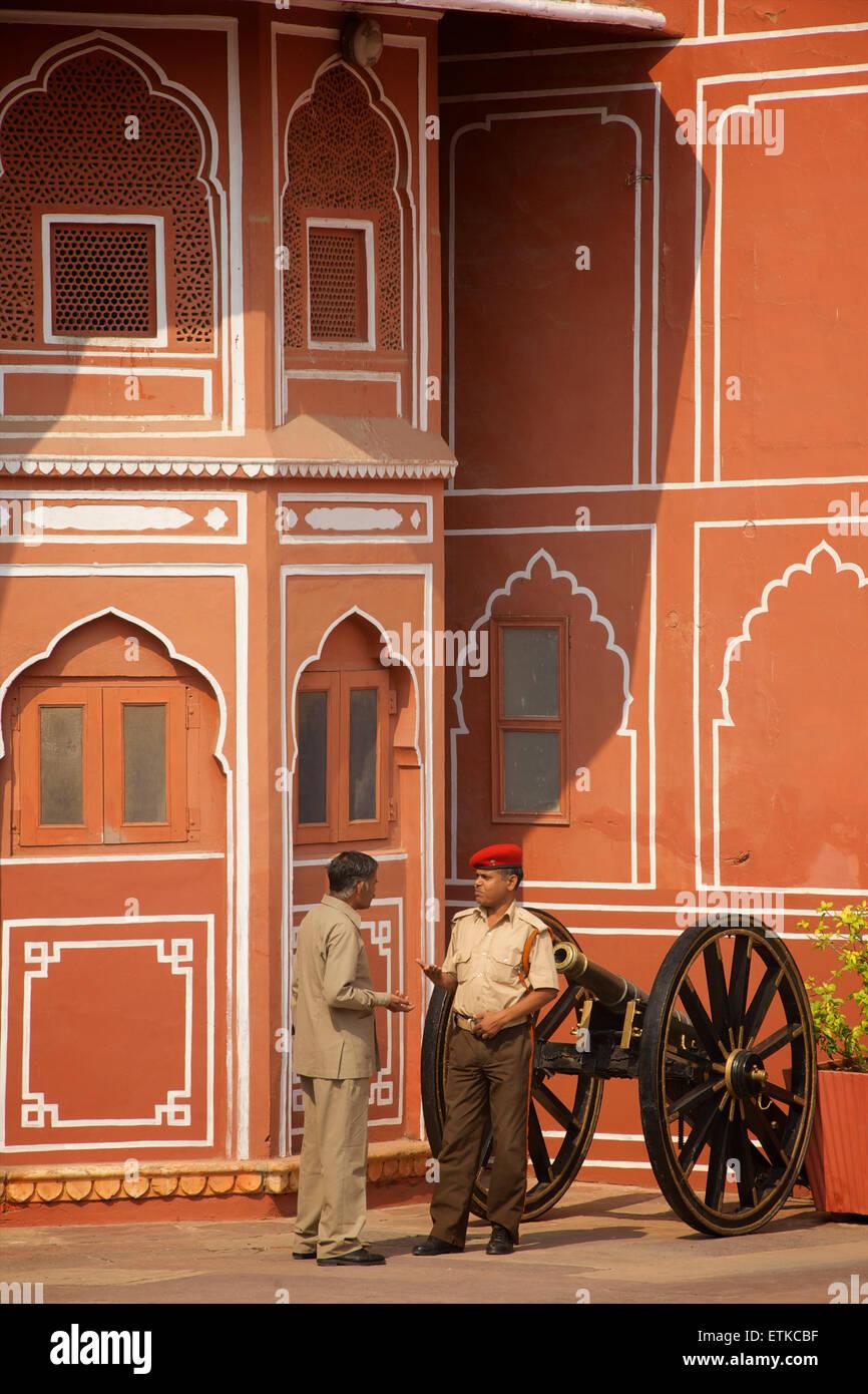Indian security guard and man talking. Palace of Jaipur, Jaipur, Rajasthan, India - Stock Image
