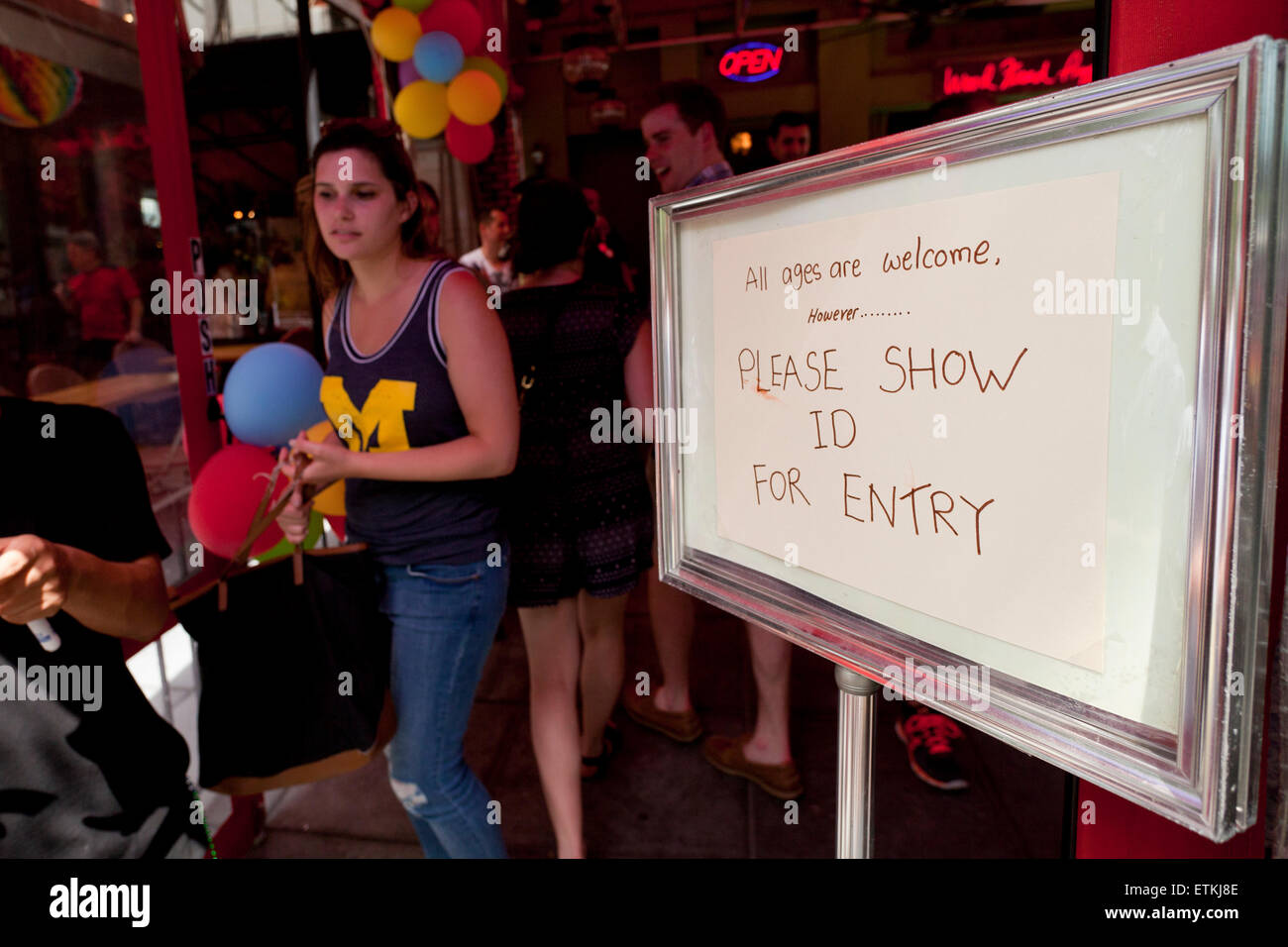 Show ID sign at entrance of bar - USA - Stock Image