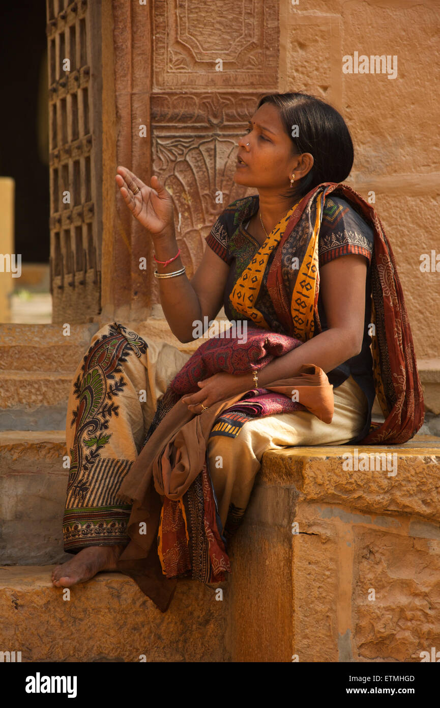 Indian woman in sari. Jaisalmer, Rajasthan, India - Stock Image