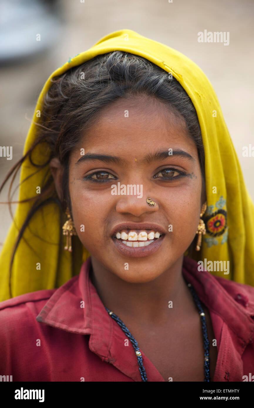 Portrait of Rajasthani girl in colourful clothing, Jaisalmer, Rajasthan, India - Stock Image