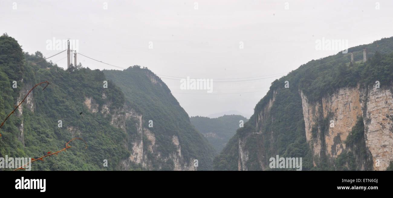 Zhangjiajie. 15th June, 2015. Photo taken on June 15, 2015 shows the construction site of the vitreous bridge above - Stock Image