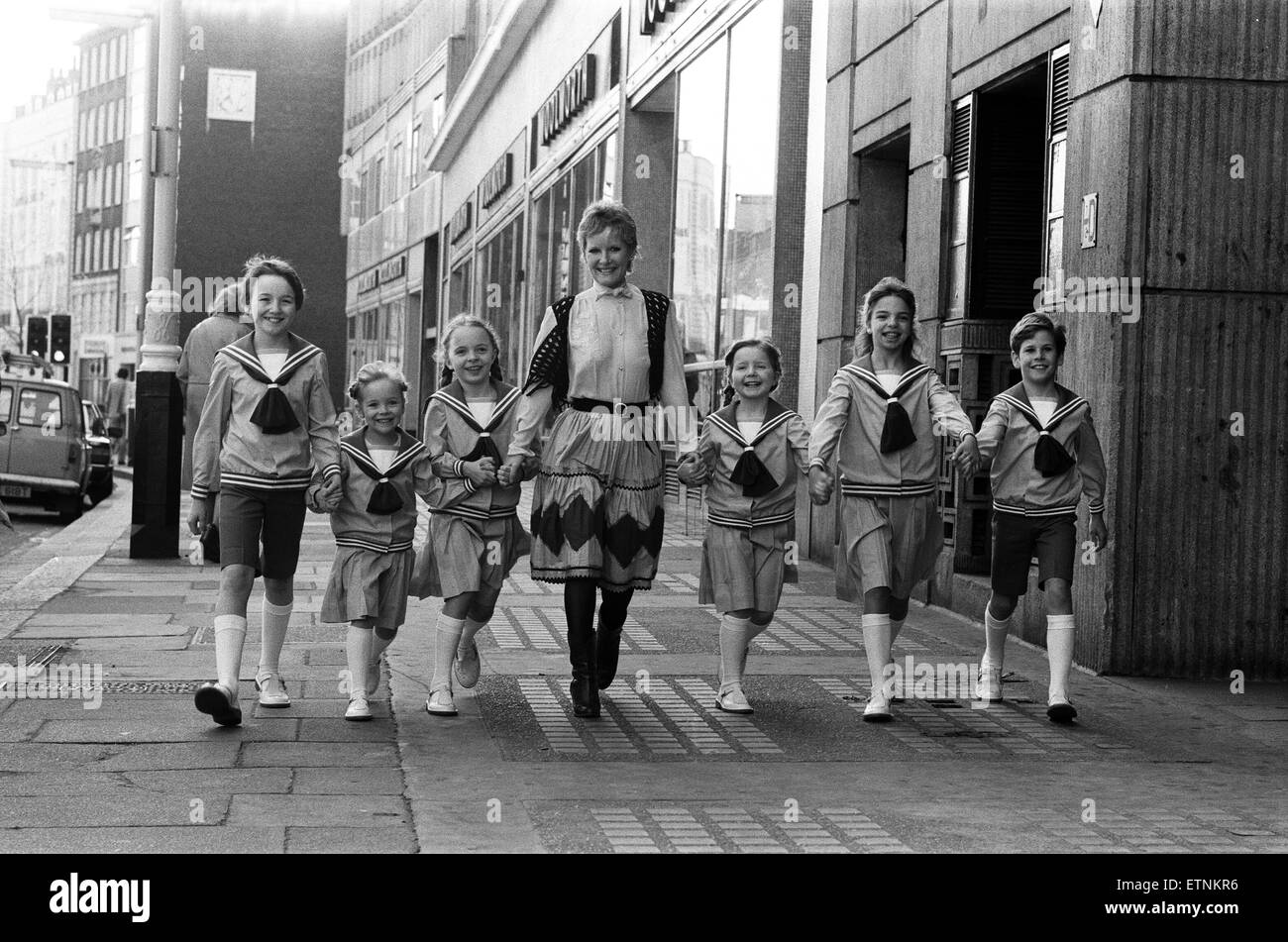 Petula Clark with one of the groups of six children in costume who will be in 'The Sound of Music' at the - Stock Image