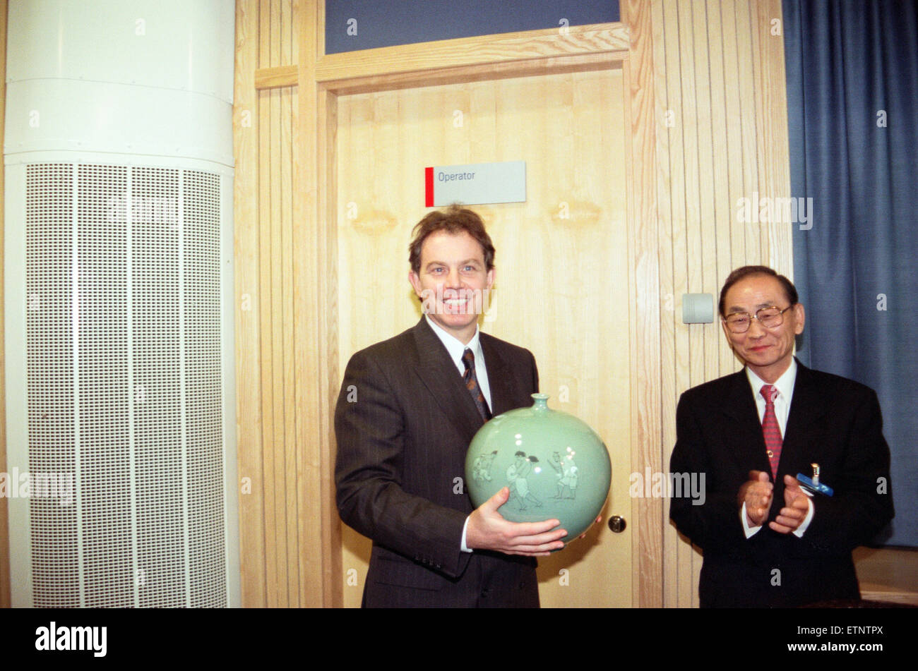 Tony Blair officially opens the Samsung training centre at Wynyard with the vase that Mr J K Kang, Chairman of Samsung, - Stock Image