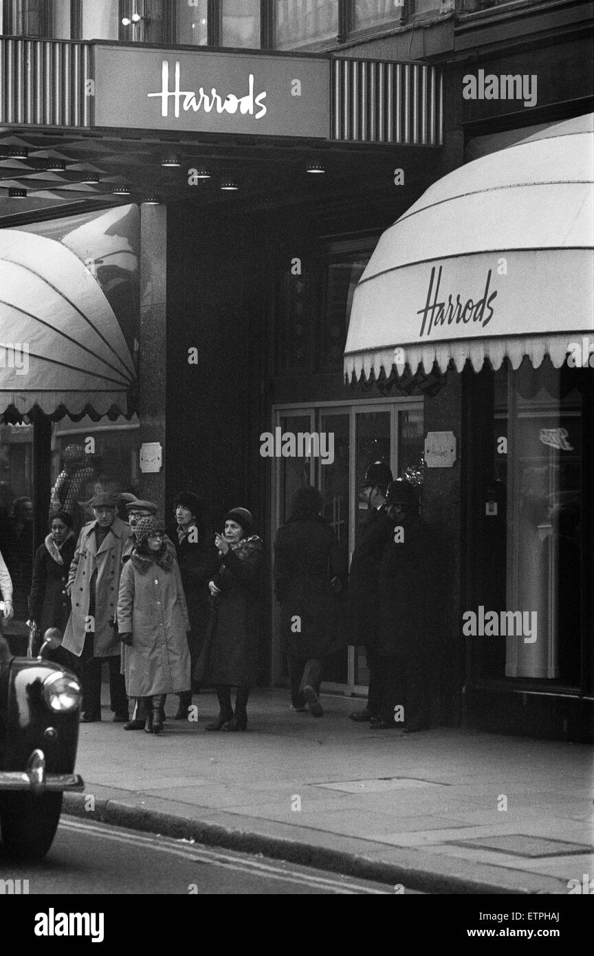 Police in two's keep an eye on Harrods as the last minute shoppers get Christmas presents in. 23rd December 1978. Stock Photo