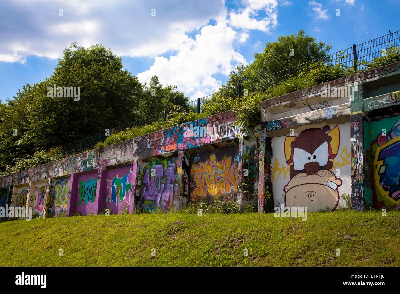 Europa, Deutschland, Nordrhein-Westfalen, Ruhrgebiet, Gelsenkirchen, Hall of Fame, Graffitis an einer 400 m langen - Stock Image