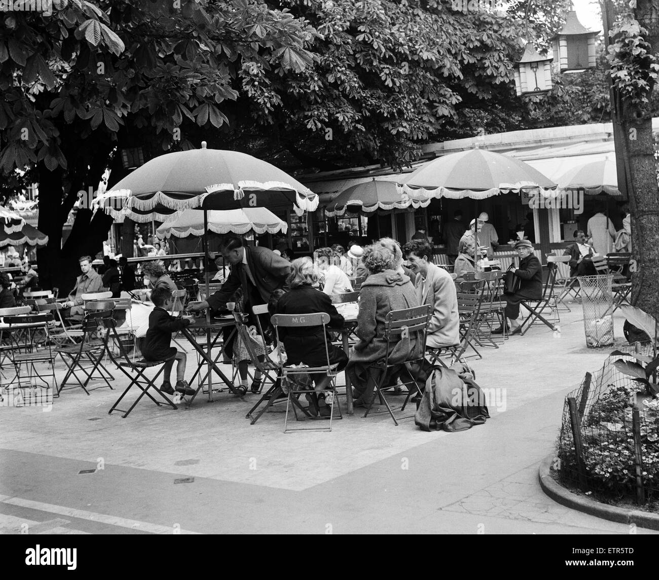 People enjoying refreshments at a outdoor cafe, Southport, Merseyside. 5th August 1959. - Stock Image