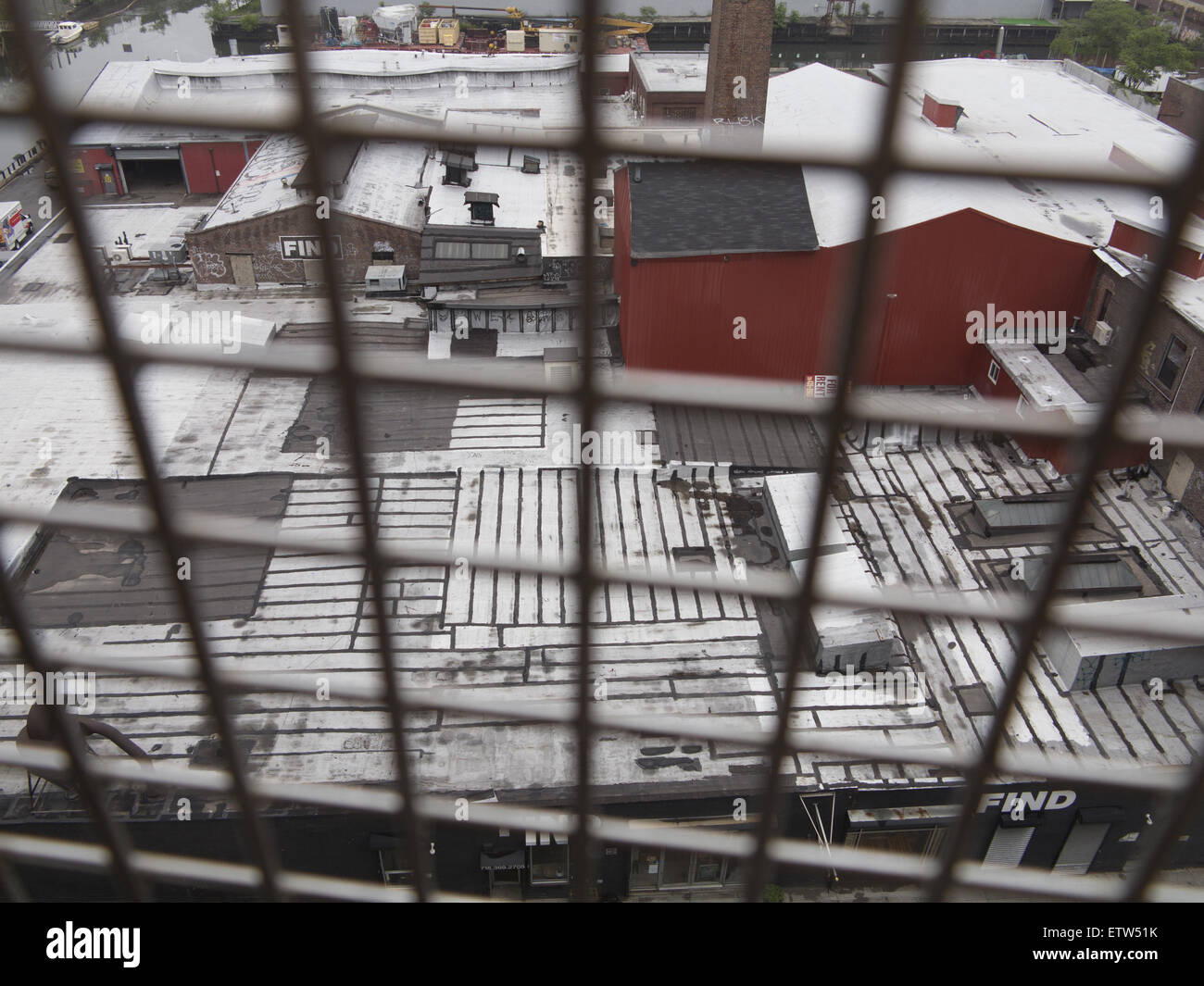 Looking down from the SMith/9th St. elevated subway station onto the roofs of industrial & warehouse buildings - Stock Image