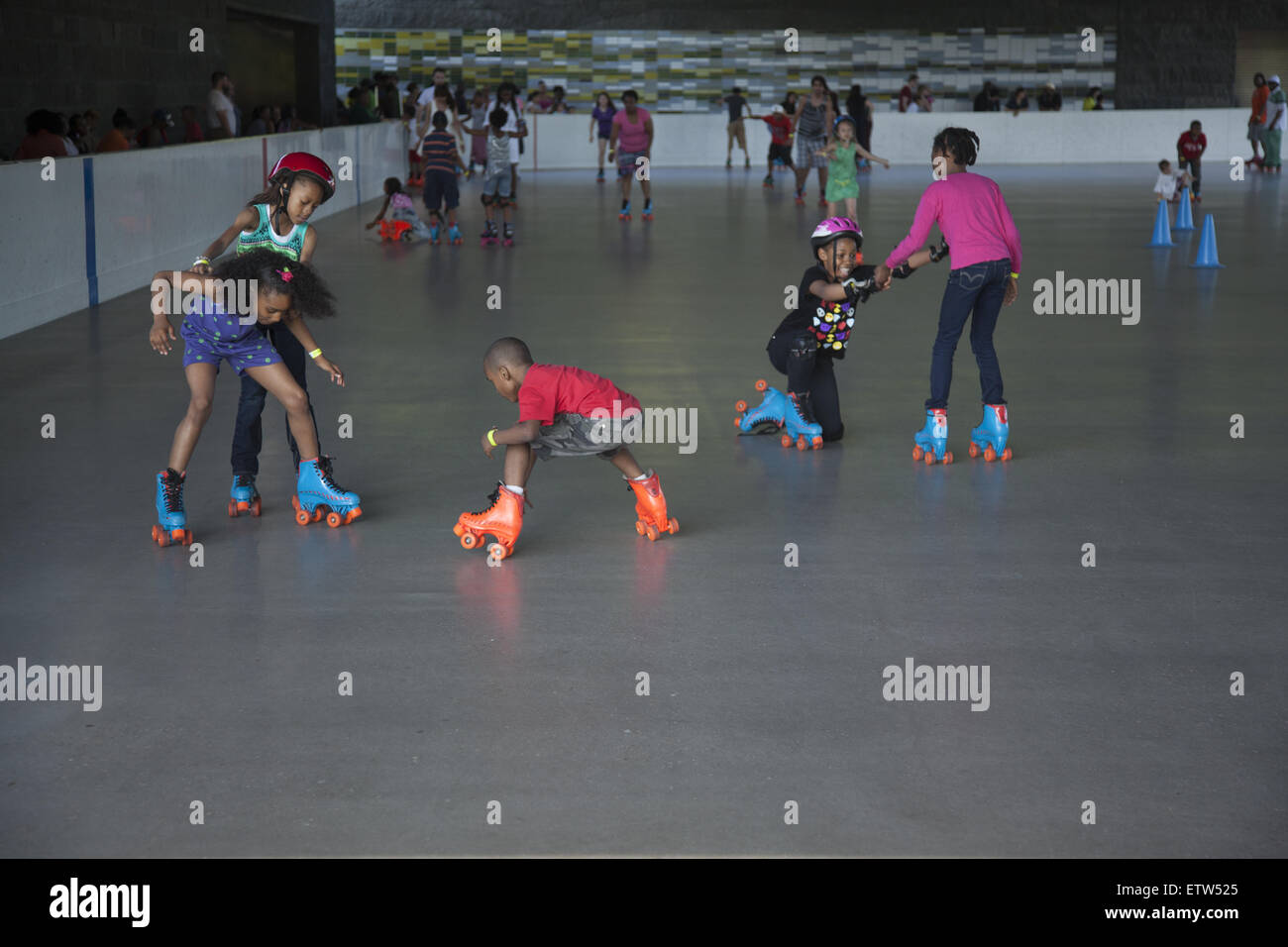 Children learn to roller skate at the Lakeside Rink in Prospect Park, Brooklyn, New York. - Stock Image