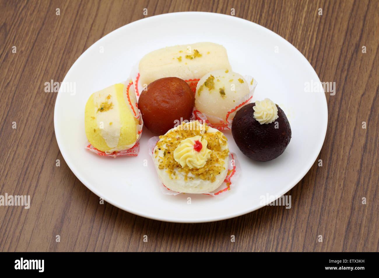 Indian sweets of gulab jamoon and rasgulla - Stock Image