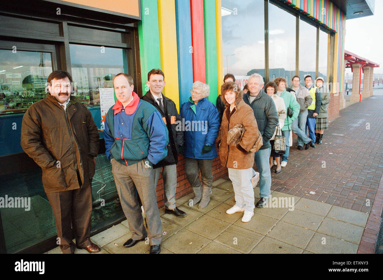 Early morning queues at Toys R Us at Teesside Shopping Park, Sandown Way, Stockton on Tees, 22nd November 1990. - Stock Image