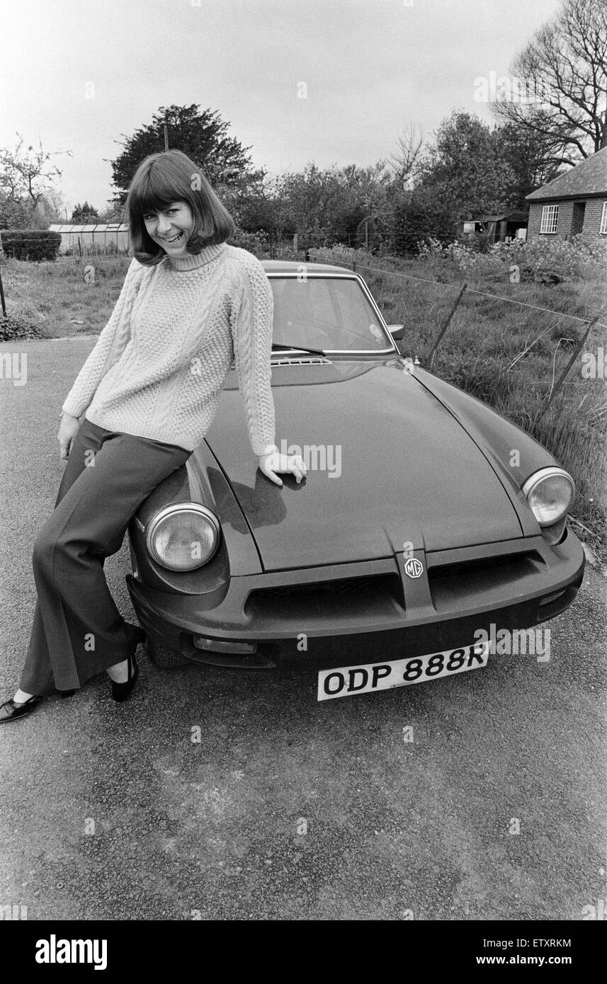 pam-ayres-poses-beside-her-mgb-sports-ca