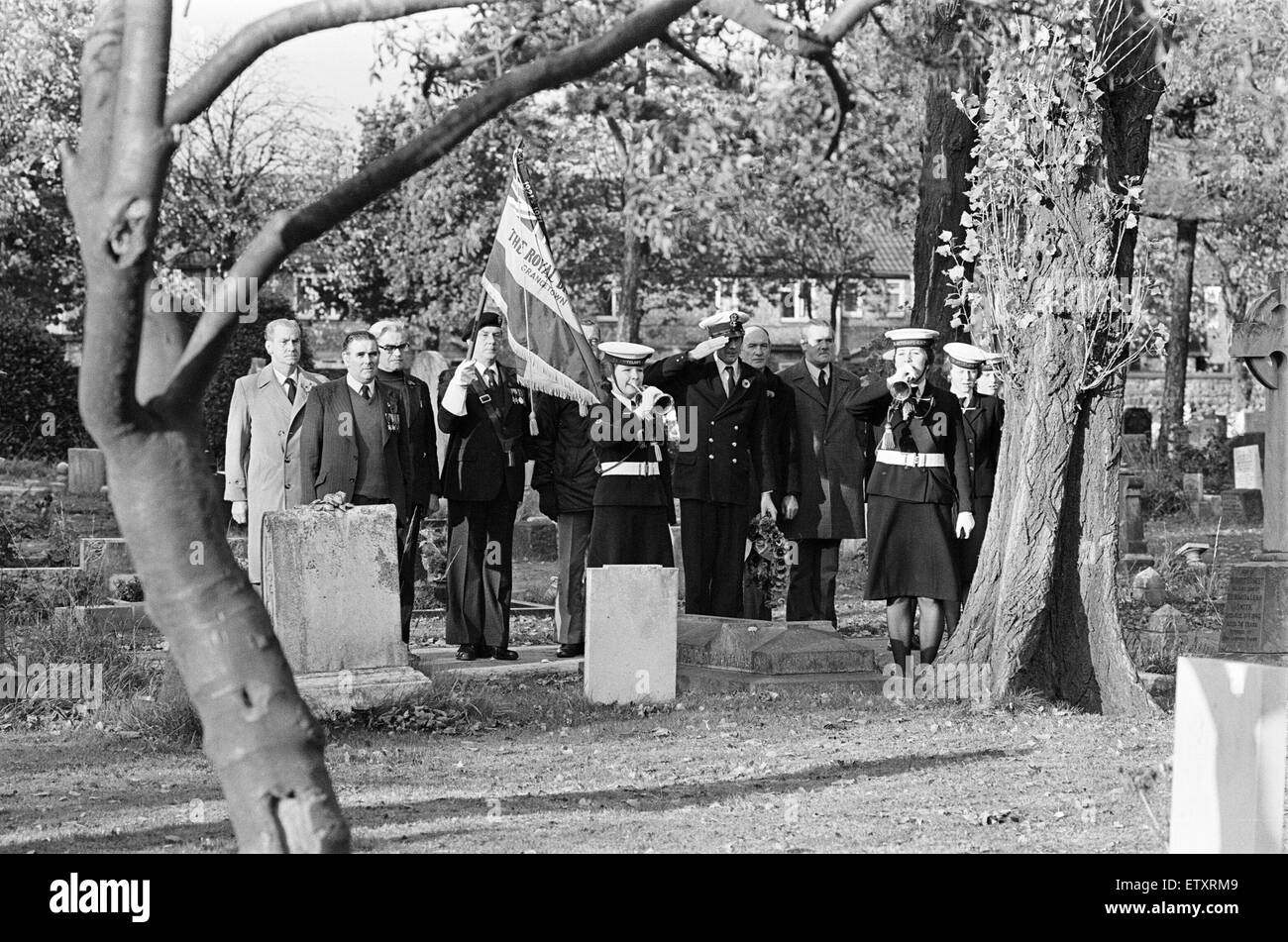 Members of the Grangetown branch of the Royal ritich Legion, at Easton Cemetery, to pay tribute at the graves of - Stock Image