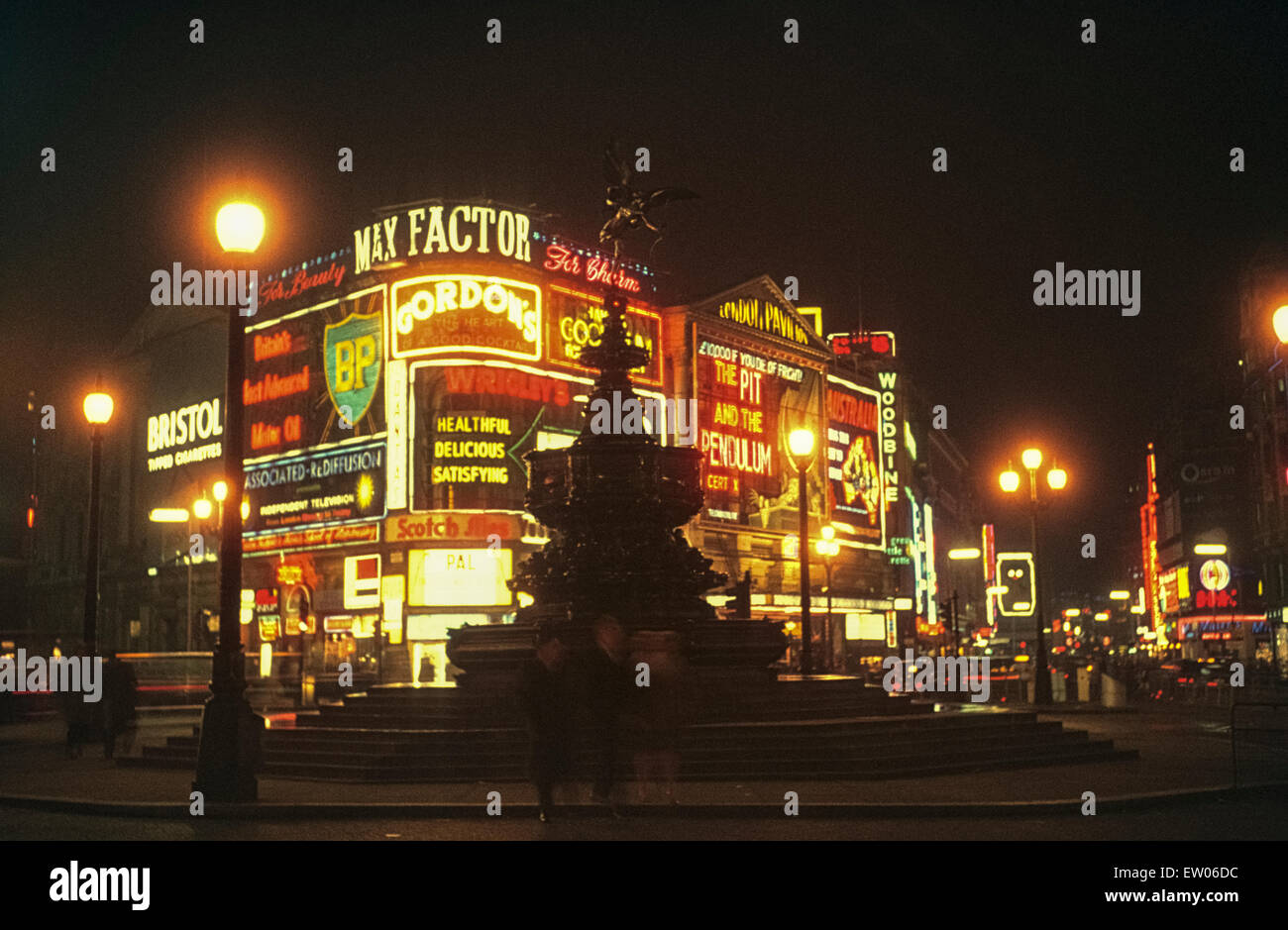 Piccadilly Circus at night in 1964 Nachtaufnahme vom Piccadilly Circus in den sechziger Jahren - Stock Image