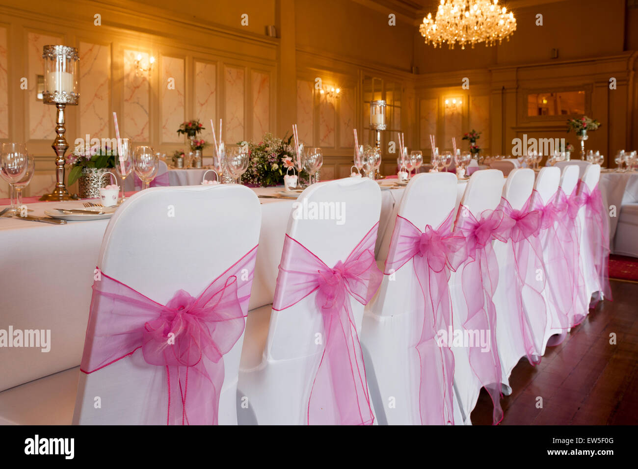 wedding top table place settings and chairs with bows - Stock Image