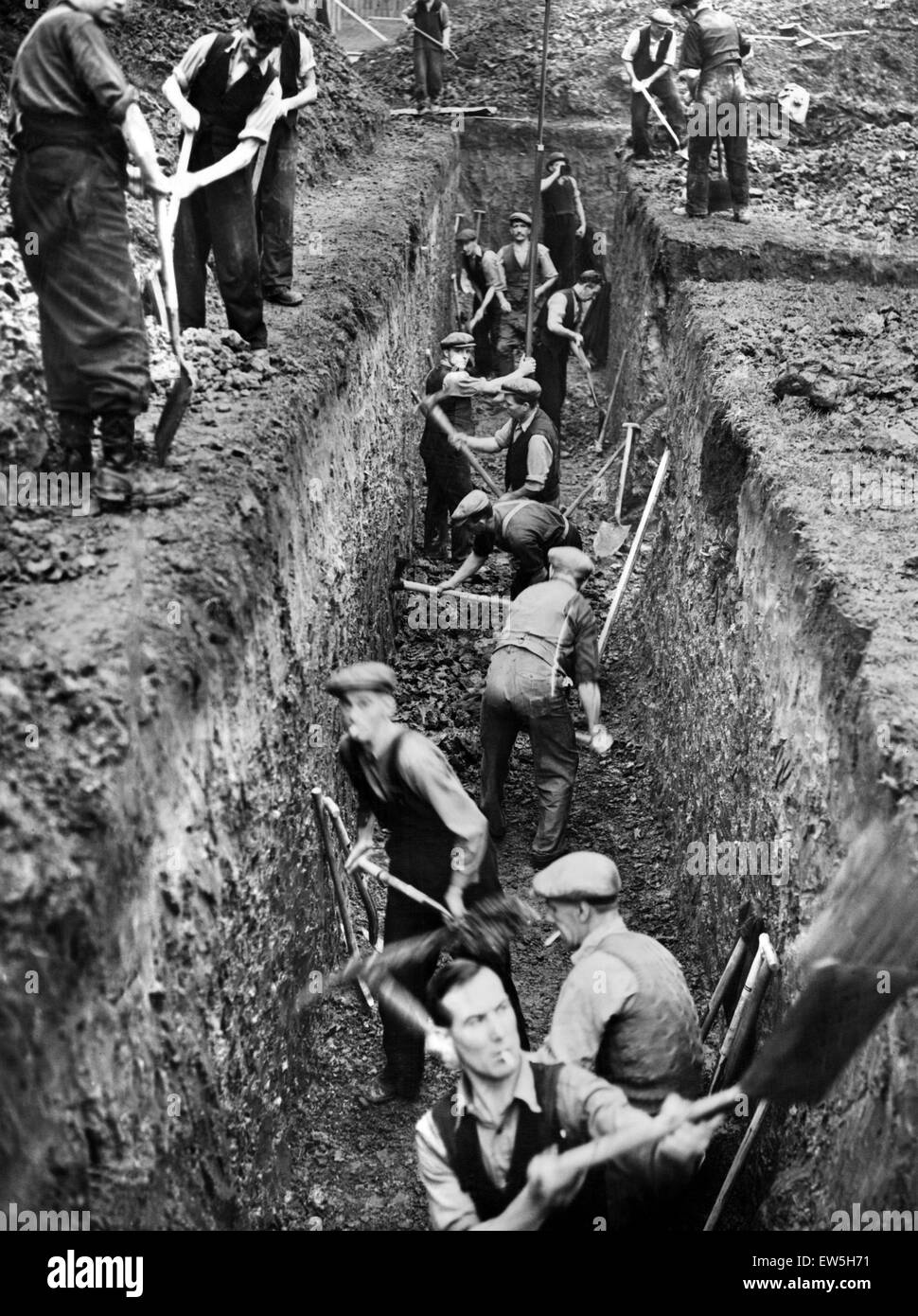 Men digging deep trenches in Birkenhead Park, which will become shelters.  Birkenhead, Merseyside, 28th September - Stock Image
