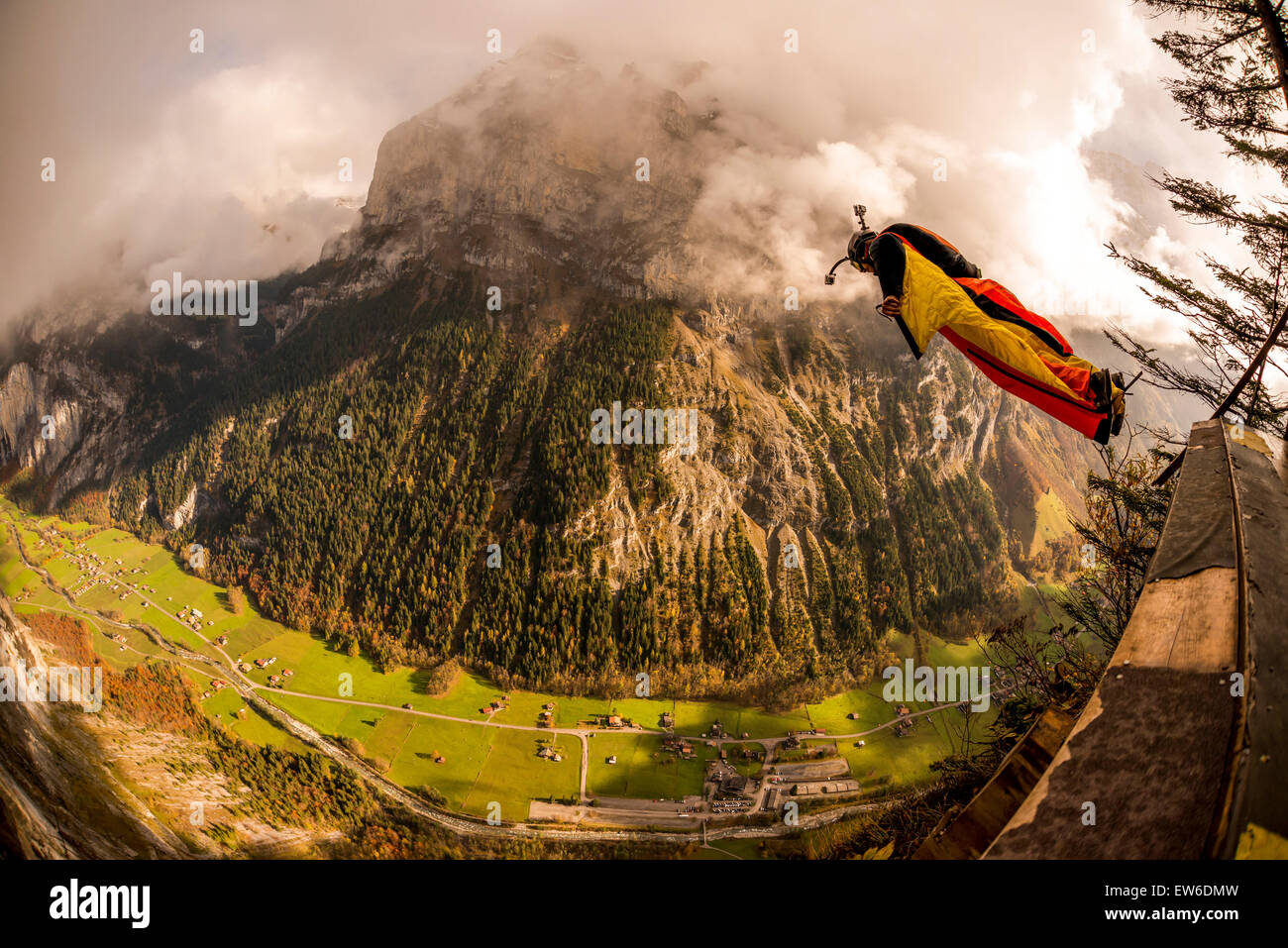 A base jumper leaping off a platform to the valley below.    Murren, Lauterbrunnen, Switzerland - Stock Image