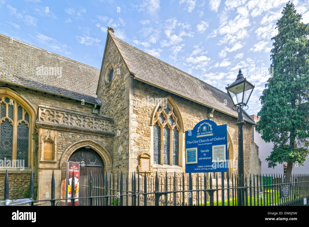 OXFORD CITY ST. MICHAEL CHURCH AT THE NORTH GATE IN CORNMARKET STREET Stock Photo
