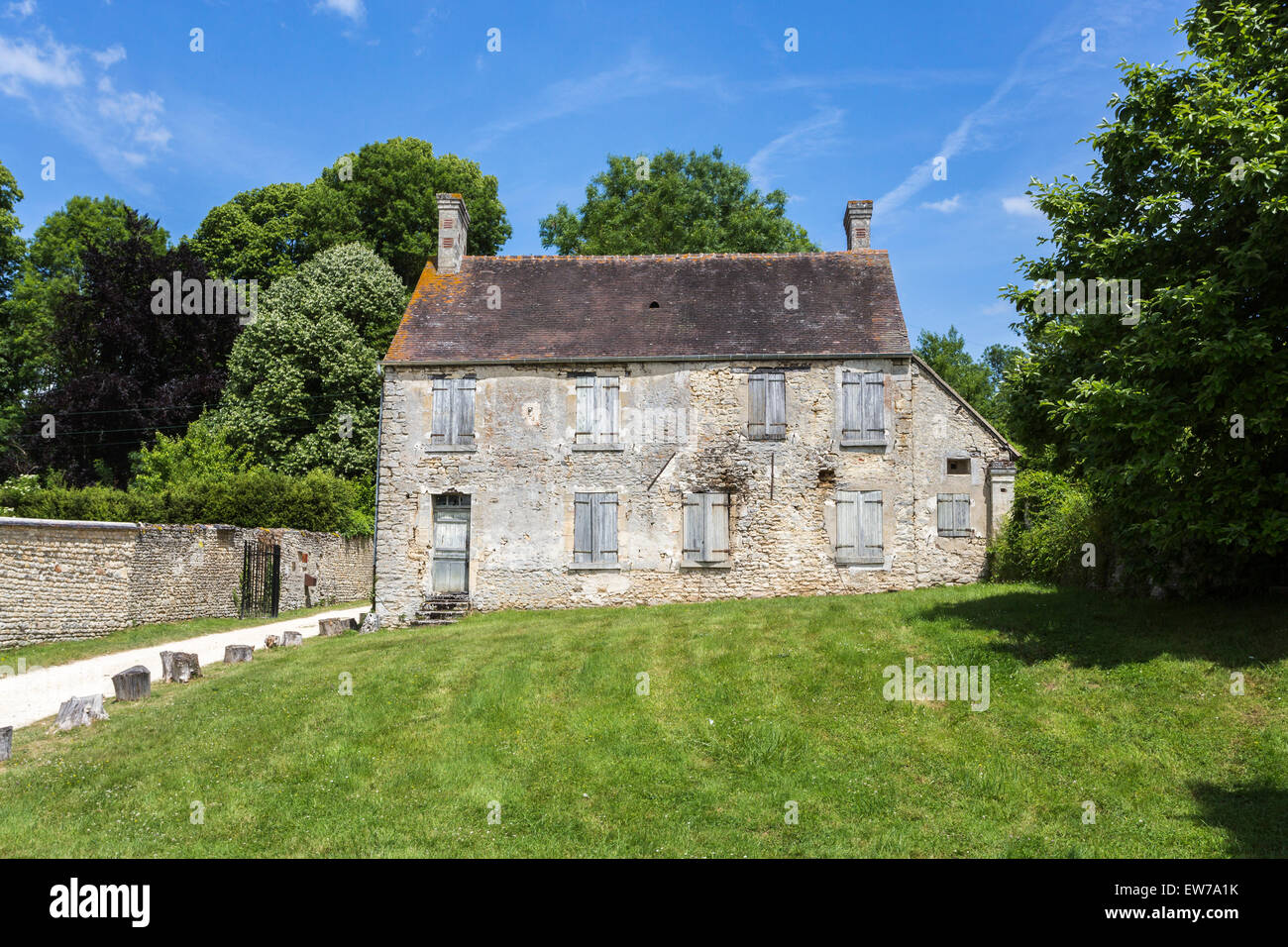 Neglected, decaying stone cottage in Domaine de Villarceaux, near Chaussy, Ile-de-France, northern France - Stock Image