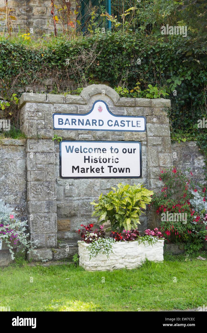 Welcome sign set in the shadow of the castle ruins at Barnard Castle, County Durham, adjacent to the Barnard Castle - Stock Image