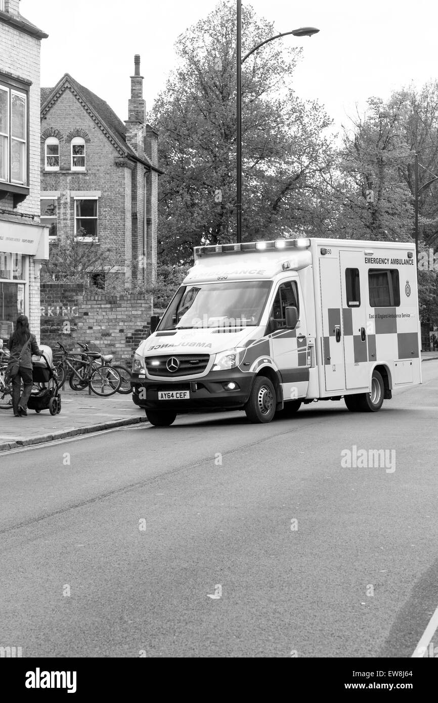 CAMBRIDGE, ENGLAND - 7 MAY 2015: NHS England Ambulance responding to an emergency on Mill road, Cambridge - Stock Image