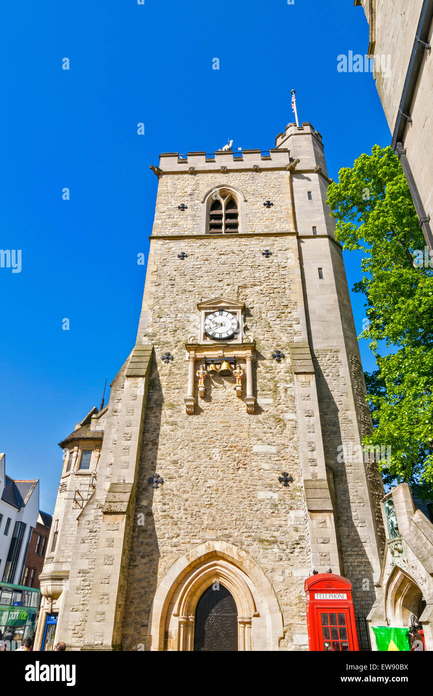 OXFORD CITY CARFAX TOWER AND OLD GATEWAY WITH ST.MARTIN ON HORSEBACK ALSO A RED TELEPHONE KIOSK AT THE BASE OF THE - Stock Image