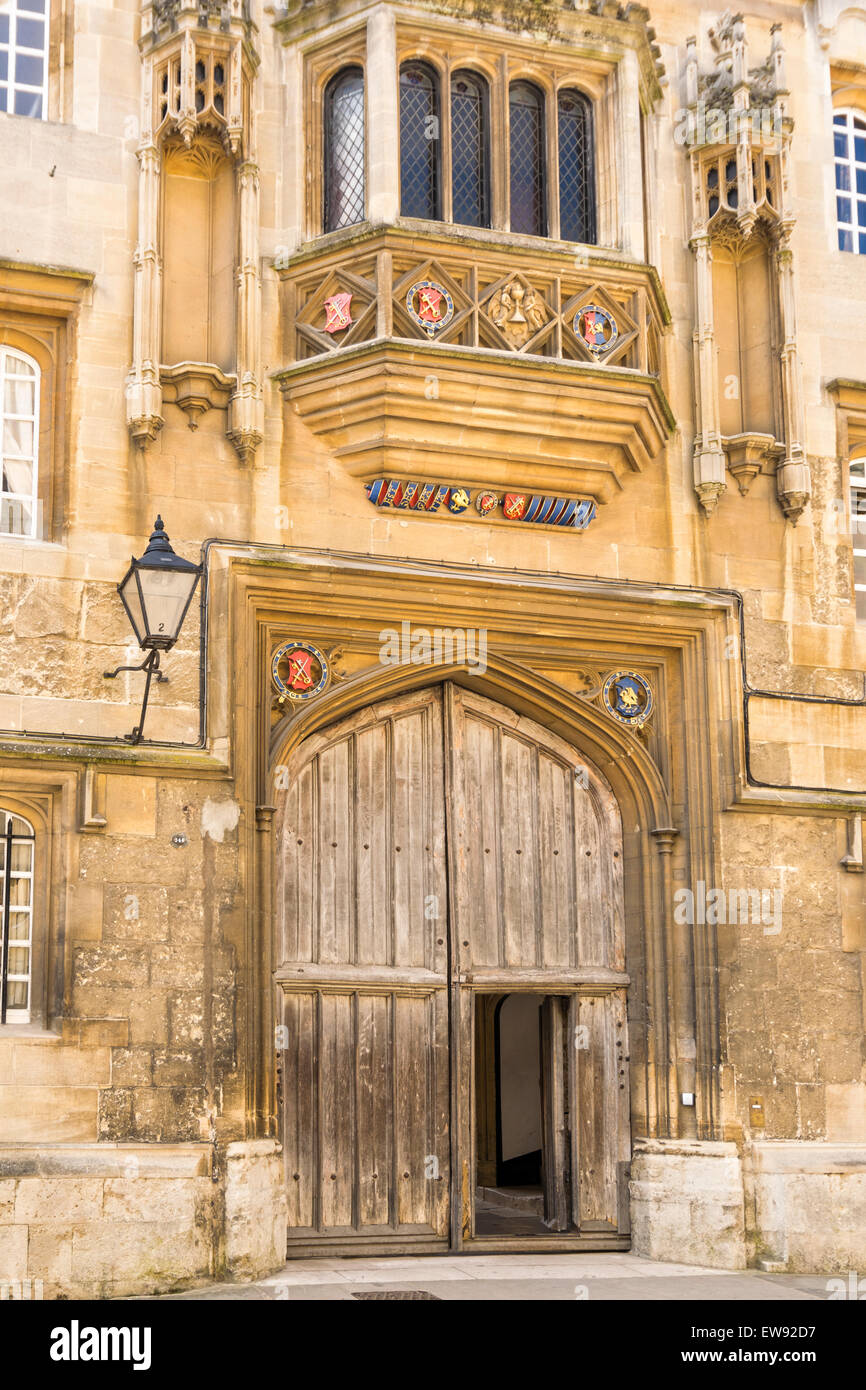 OXFORD CITY CORPUS CHRISTI COLLEGE AND THE ENTRANCE GATE WITH COATS OF ARMS - Stock Image