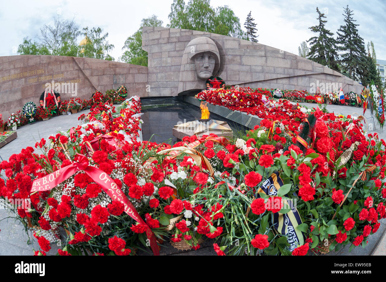 Eternal flame and flowers in memory of the Victory in the Great Patriotic War - Stock Image