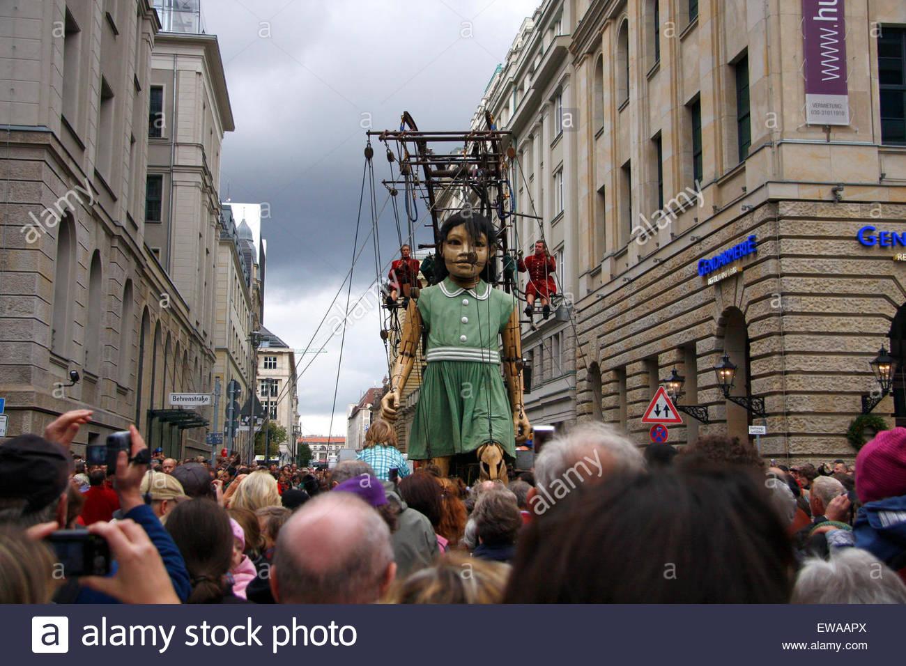 Riesin - Riesentheaterperformace 'LE RENDEZ-VOUS DE BERLIN  DAS WIEDERSEHEN VON BERLIN' (Royal de Luxe), - Stock Image