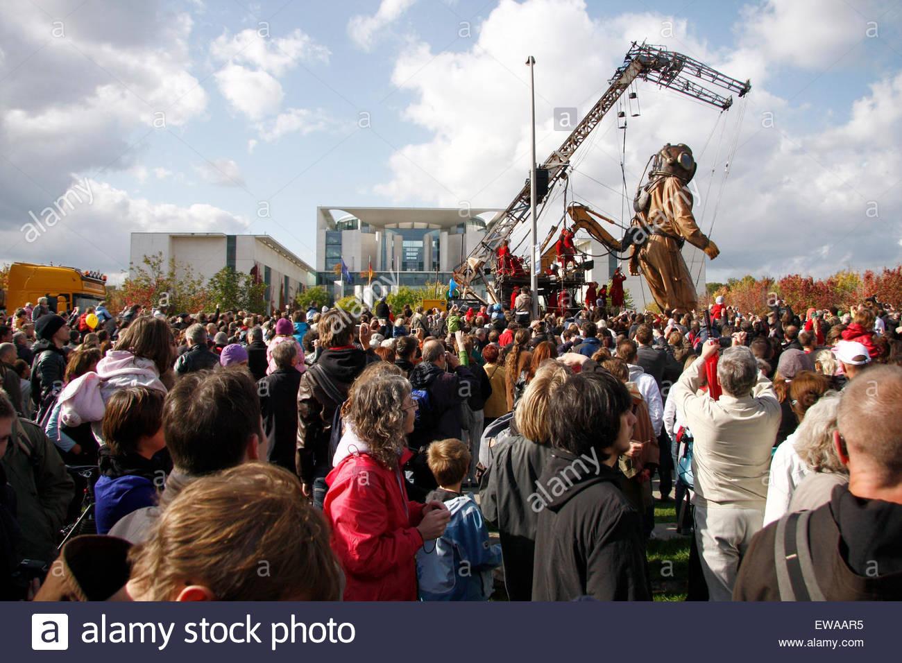 Riese, Bundeskanzleramt - Riesentheaterperformace 'LE RENDEZ-VOUS DE BERLIN DAS WIEDERSEHEN VON BERLIN' - Stock Image