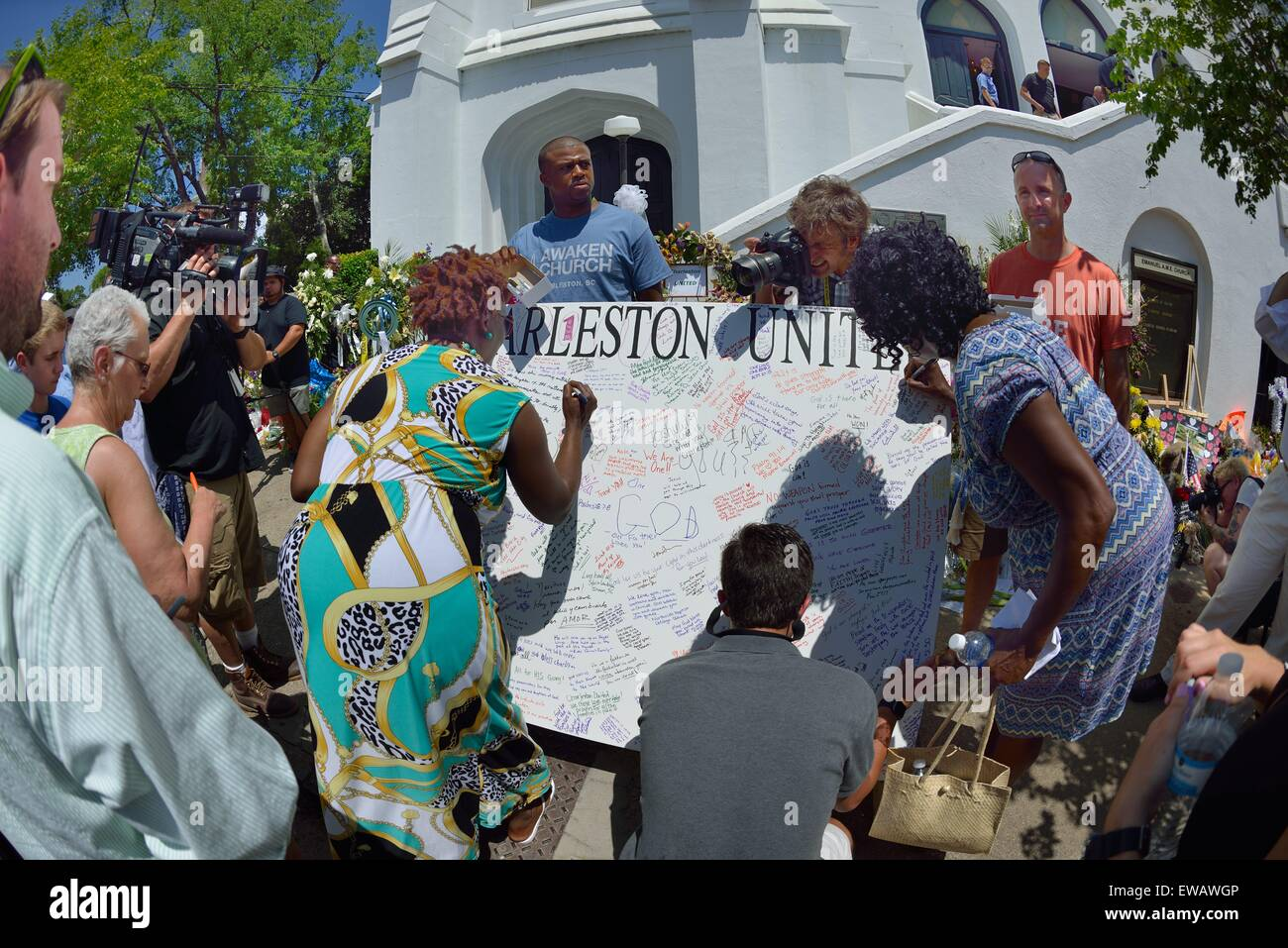 Mourners signing petition for Charleston Unity outside Emanuel African Methodist Episcopal Church in Charleston - Stock Image