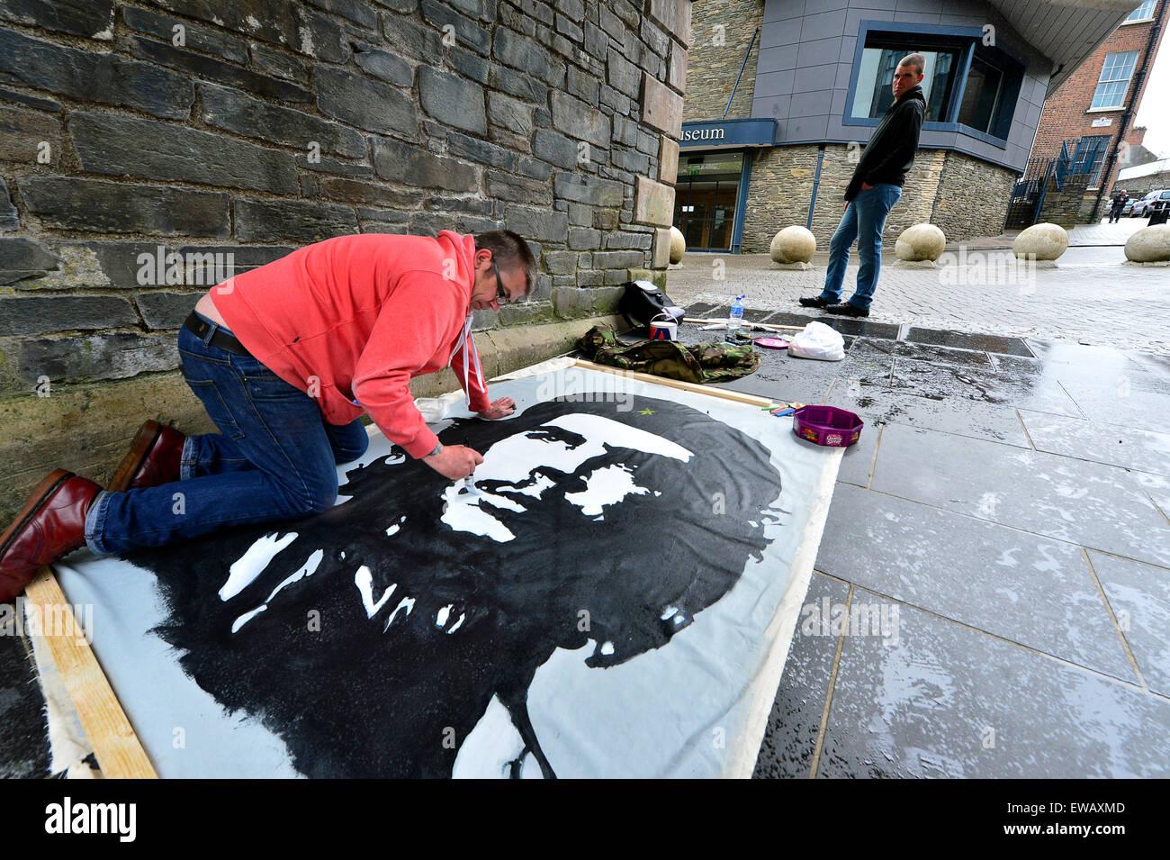 Street artist recreating iconic Che Guevara (Ernesto Guevara de la Serna) portrait, Londonderry (Derry), Northern - Stock Image