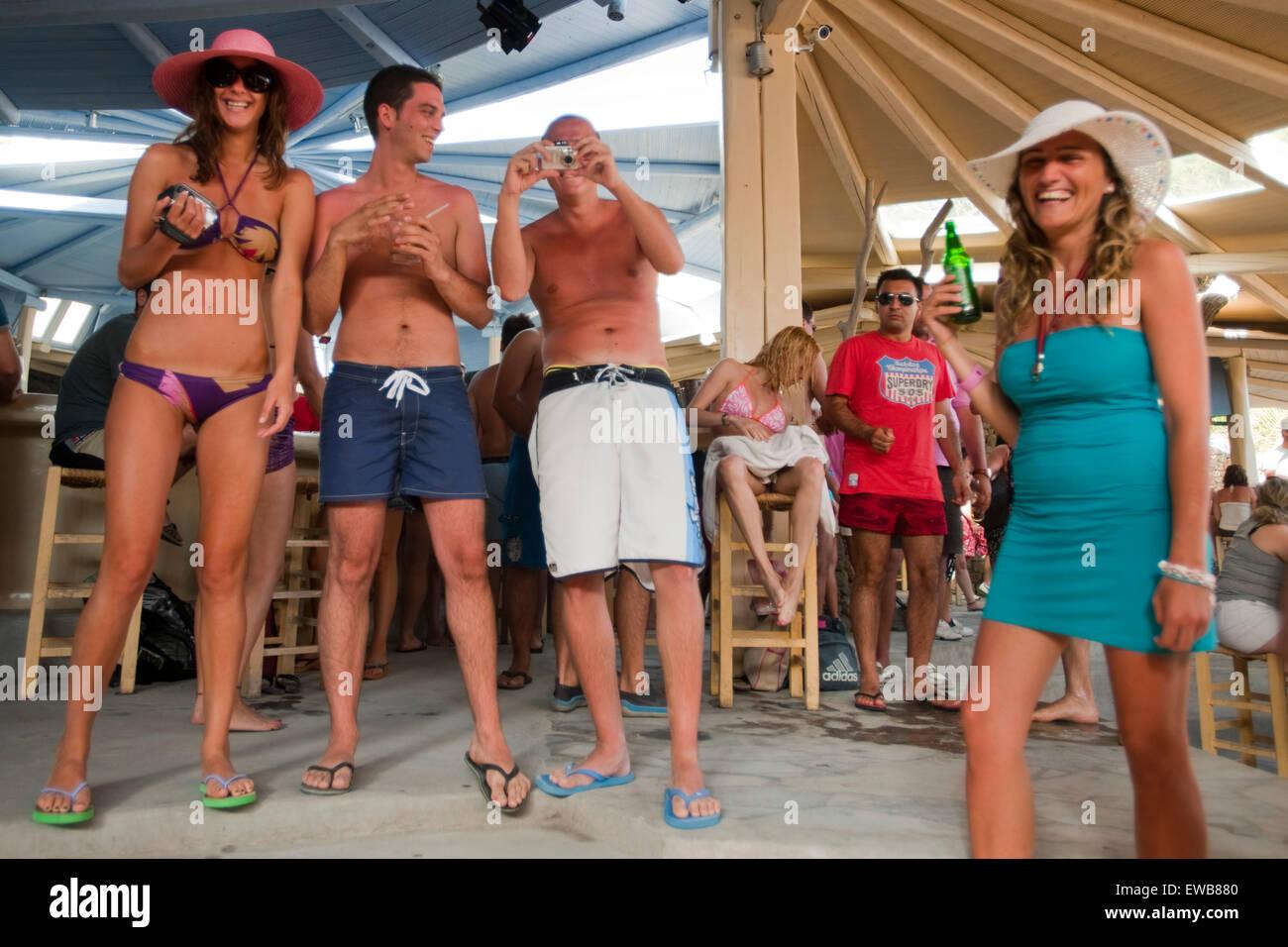 Griechenland, Kykladen, Mykonos, Super Paradise Beach, feiern bis zum Sonnenaufgang. - Stock Image