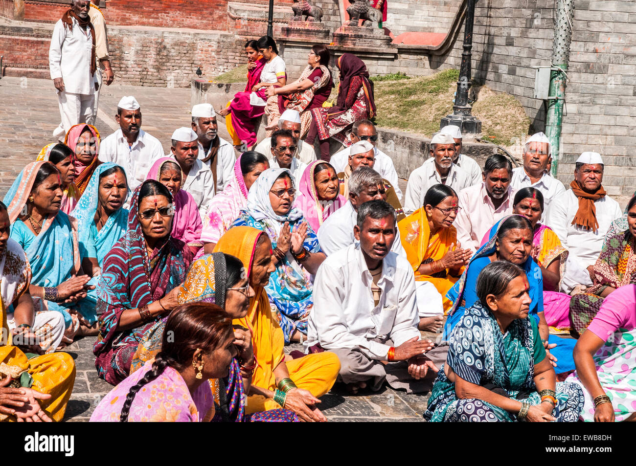 Mourners at a Hindu funeral at Pashupatinath Temple, a Hindu temple located on the banks of the Bagmati River. Kathmandu, - Stock Image