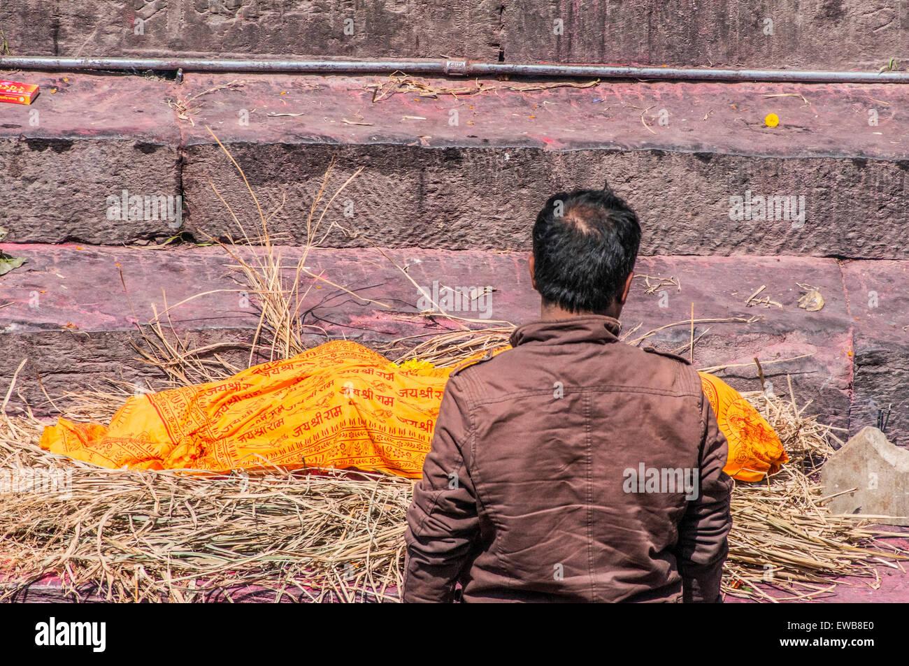 A Hindu funeral at Pashupatinath Temple, a Hindu temple located on the banks of the Bagmati River. Kathmandu, Nepal - Stock Image