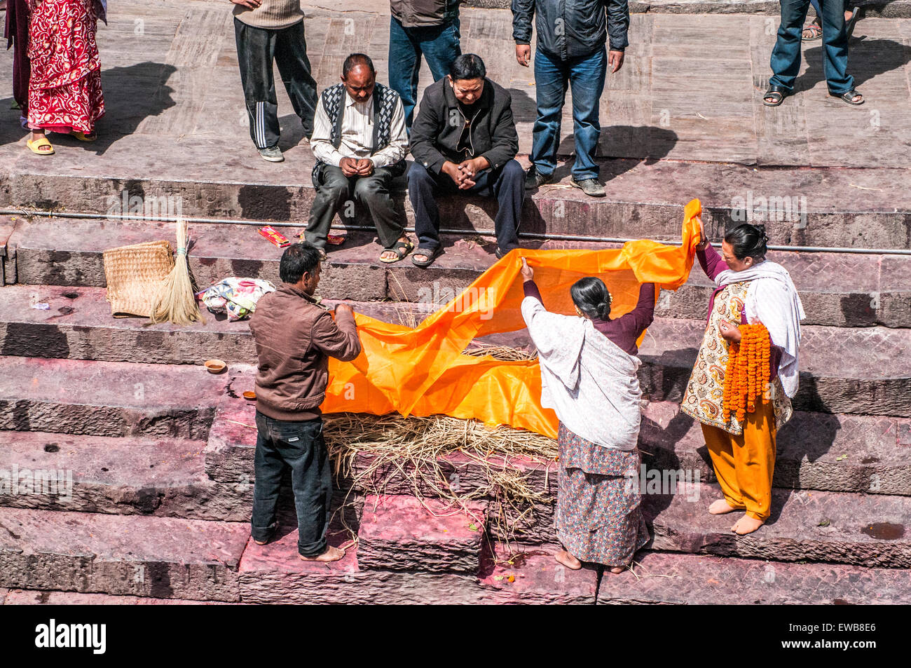 A Hindu funeral at Pashupatinath Temple, a Hindu temple located on the banks of the Bagmati River. Kathmandu, Nepal - Stock Image