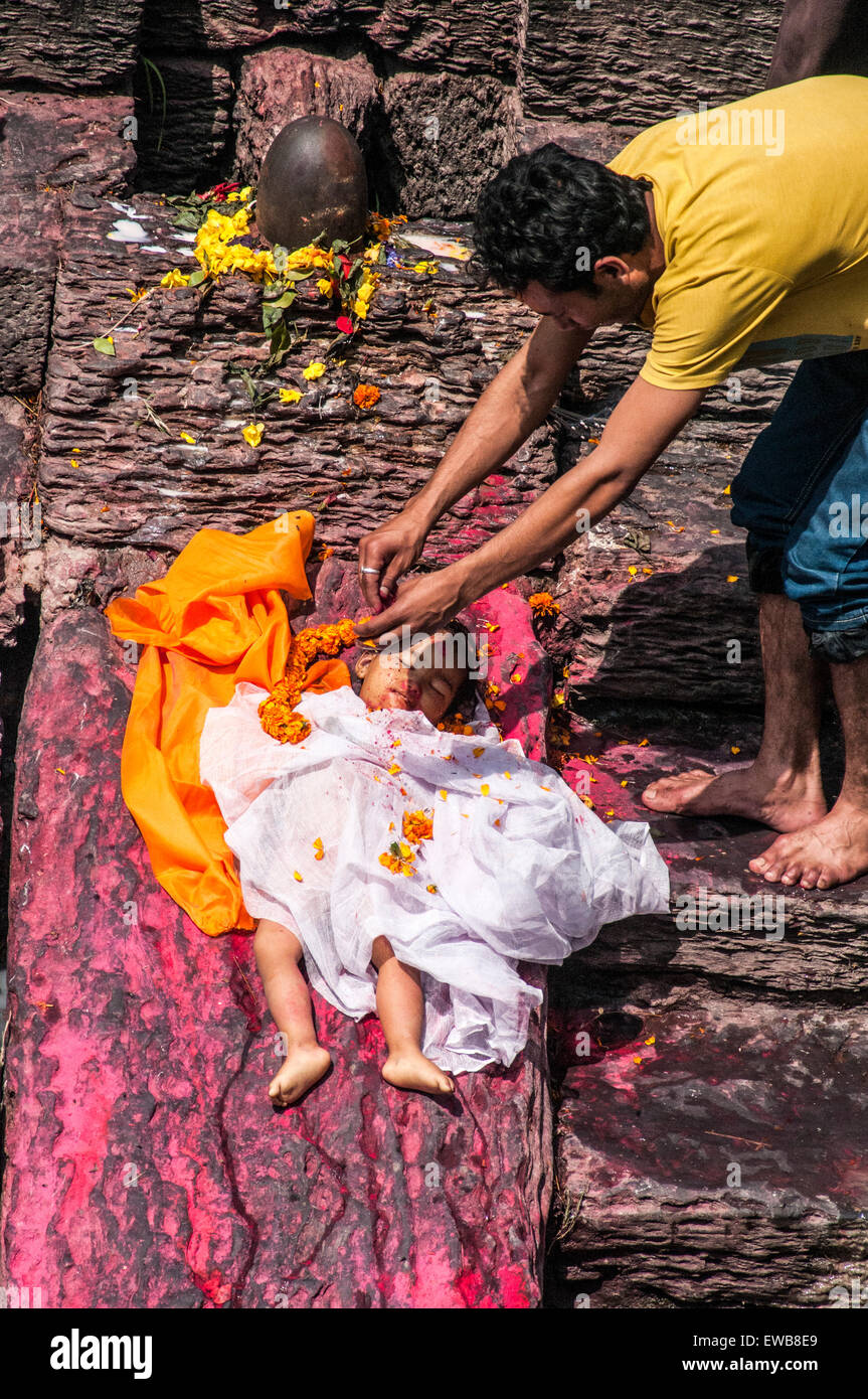 A Hindu Child's funeral at Pashupatinath Temple, a Hindu temple located on the banks of the Bagmati River. Kathmandu, - Stock Image