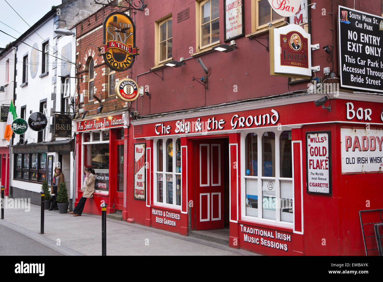 Ireland, Co Wexford, Wexford Town, Main Street South, red painted The Sky & the Ground bar - Stock Image