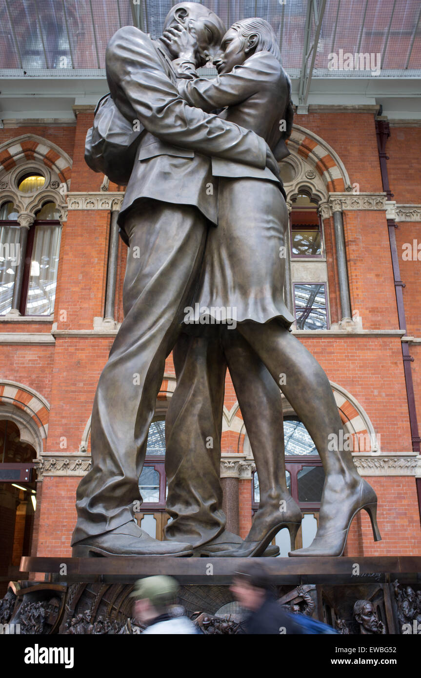 Paul Day's statue at St Pancras station 'The Meeting Place'.  London, UK - Stock Image