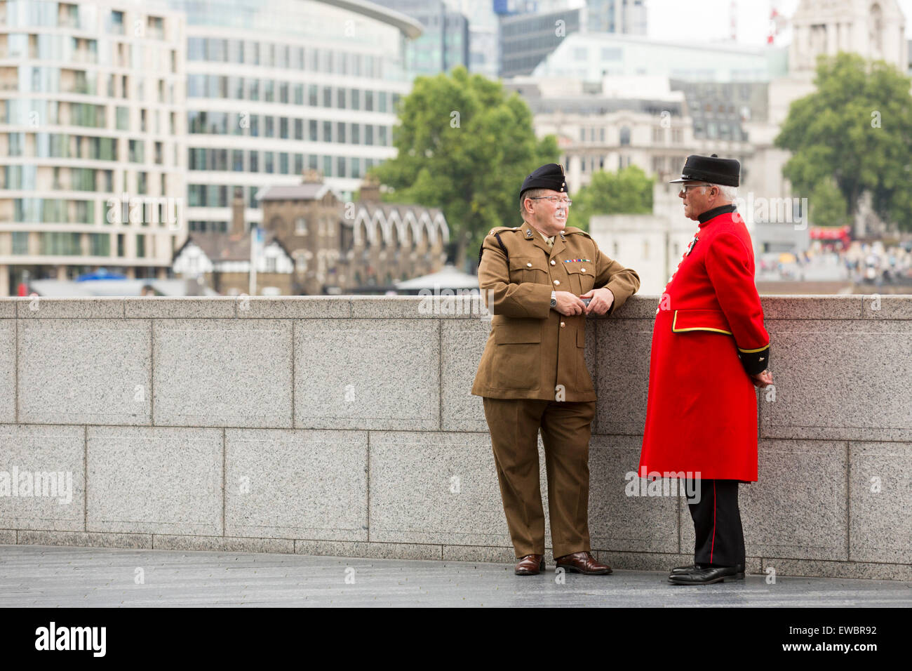 London, UK. 22 June 2015. A soldier and a Chelsea Pensioner in conversation before the event. Boris Johnson, the - Stock Image