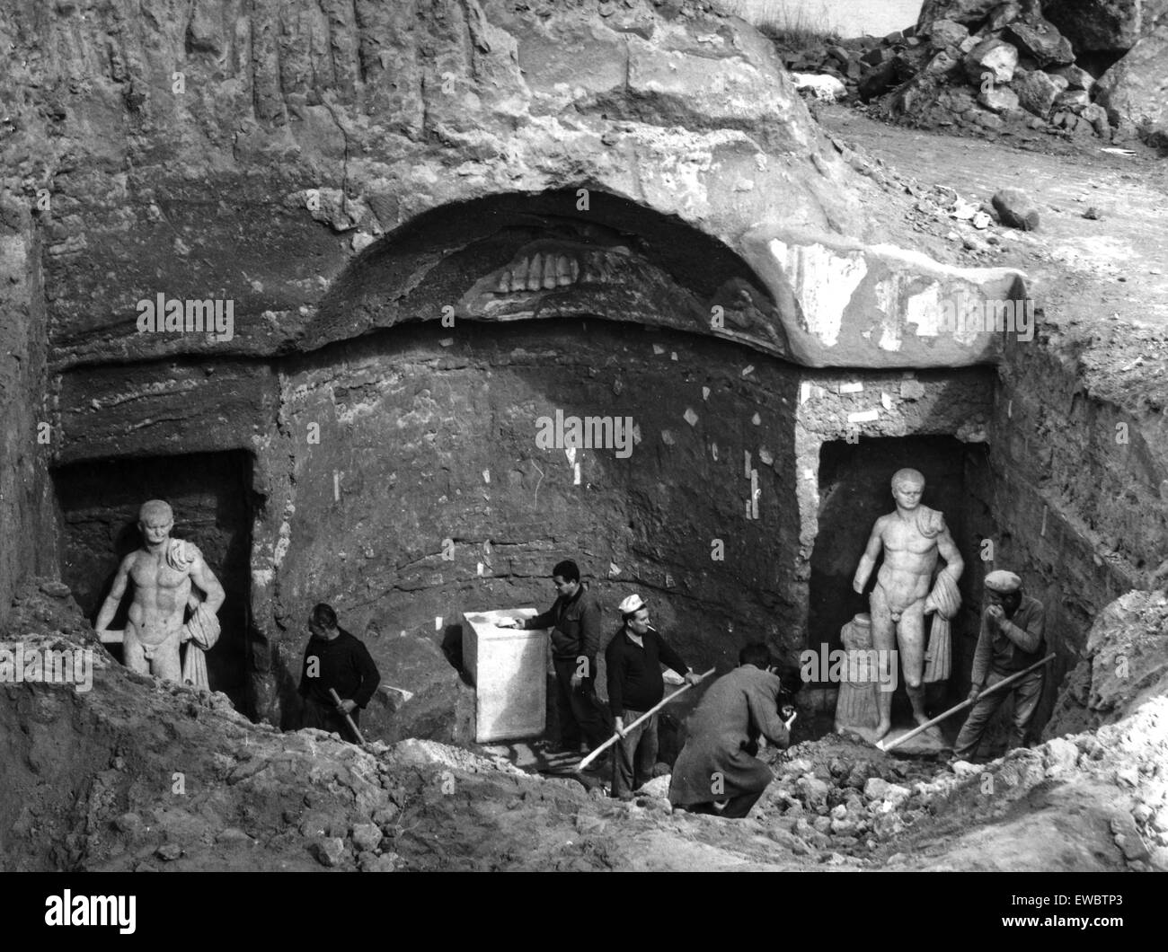 https://c8.alamy.com/comp/EWBTP3/archaeological-excavations-in-rome-for-the-discovery-of-a-roman-tomb1967-EWBTP3.jpg