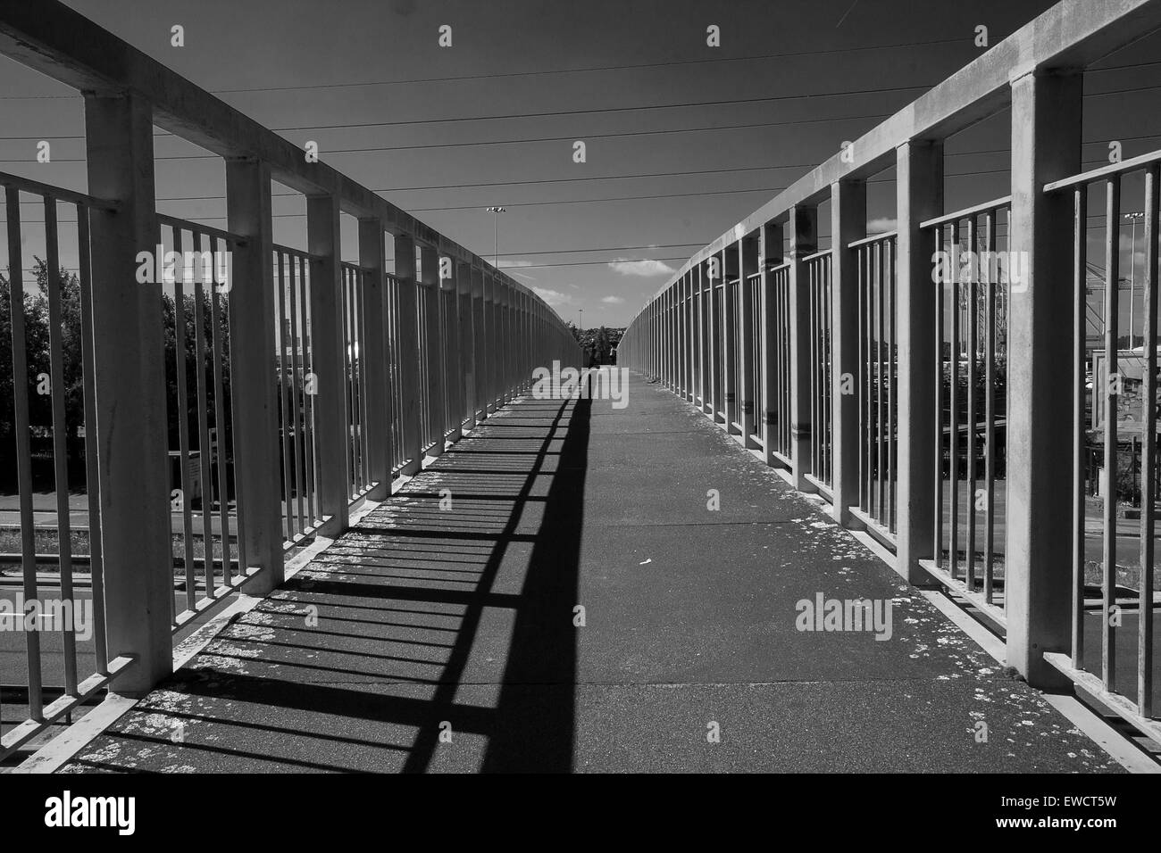 Footbridge over Millbrook Road, Southampton, UK  connecting Millbrook Station to both sides of a busy dual carriageway - Stock Image