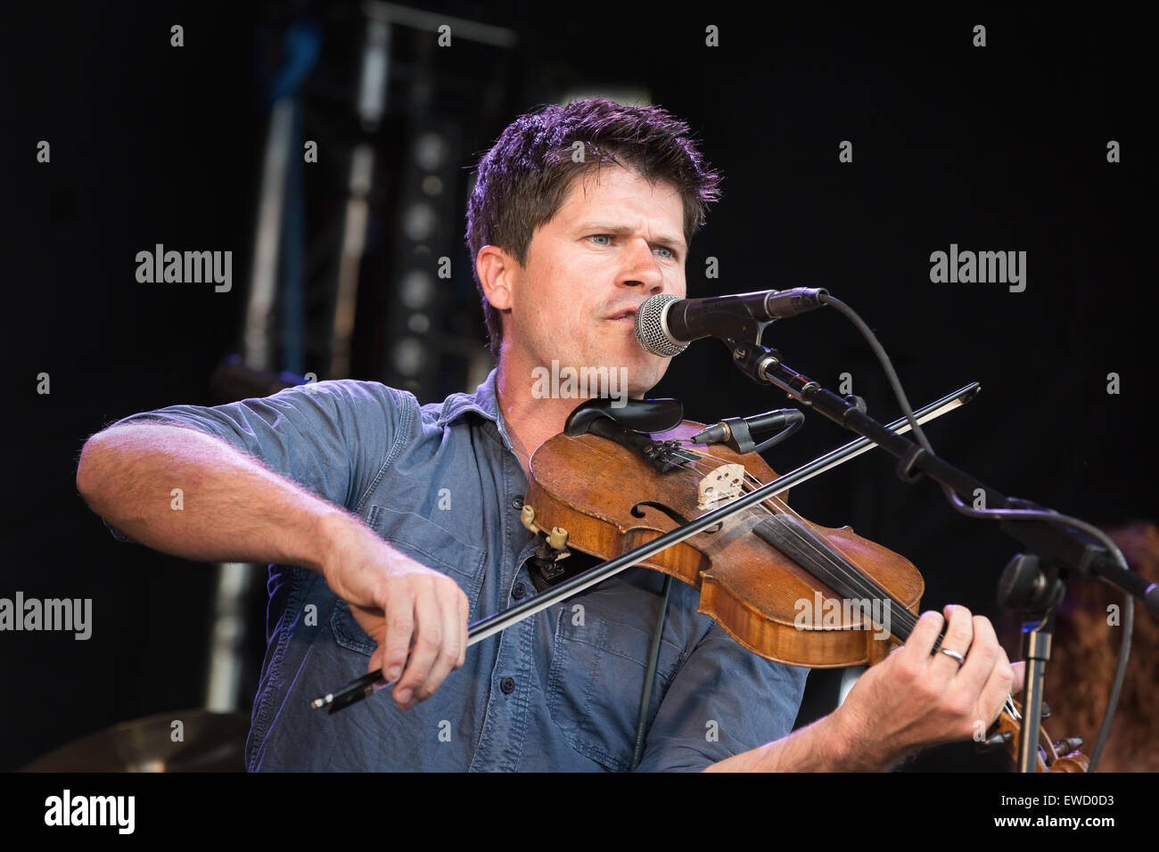 Folk singer and songwriter Seth Lakeman performing at Behind the Castle music festival, 2014 - Stock Image