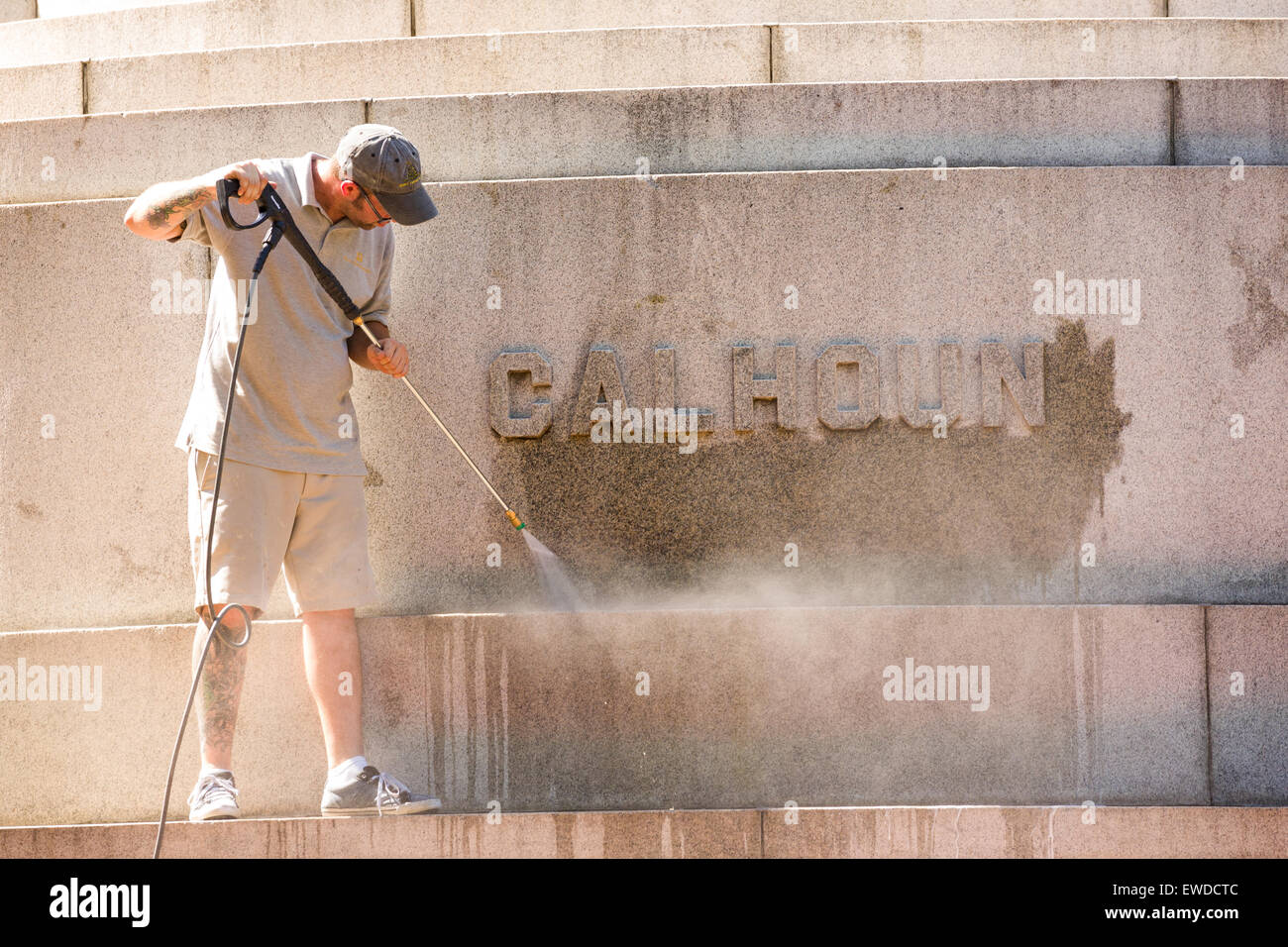 Charleston, South Carolina, USA. 23rd June, 2015. A worker pressure washes graffiti from the John C. Calhoun statue - Stock Image