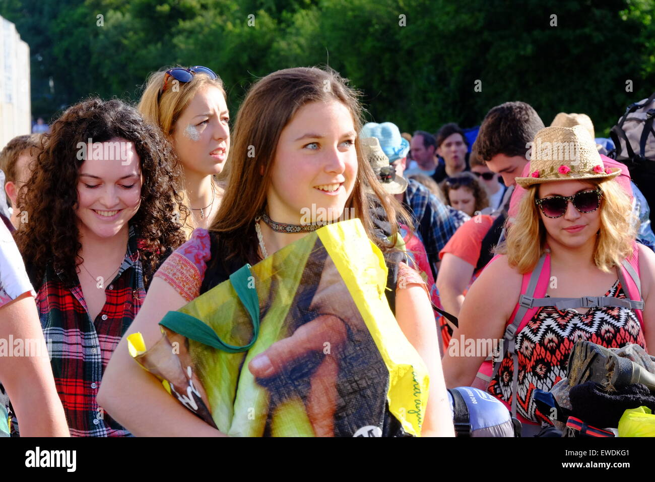 Glastonbury Festival, Somerset, UK. 24 June 2015. As the gates open for the 2015 Glastonbury Festival crowds swarm - Stock Image