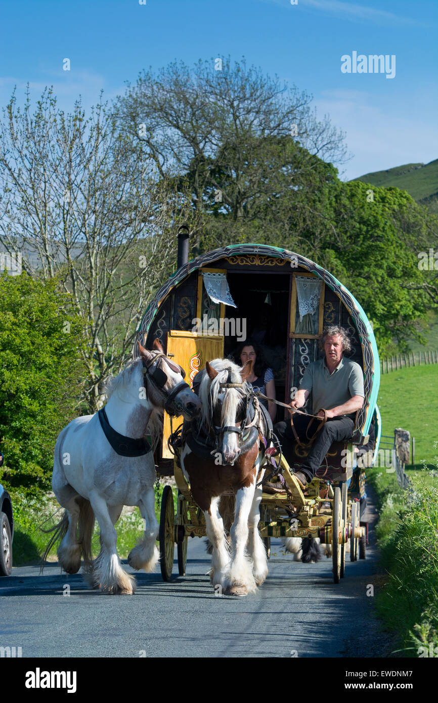 Horse drawn caravan on road to Appleby Fair, early summer, Cumbria, UK. - Stock Image