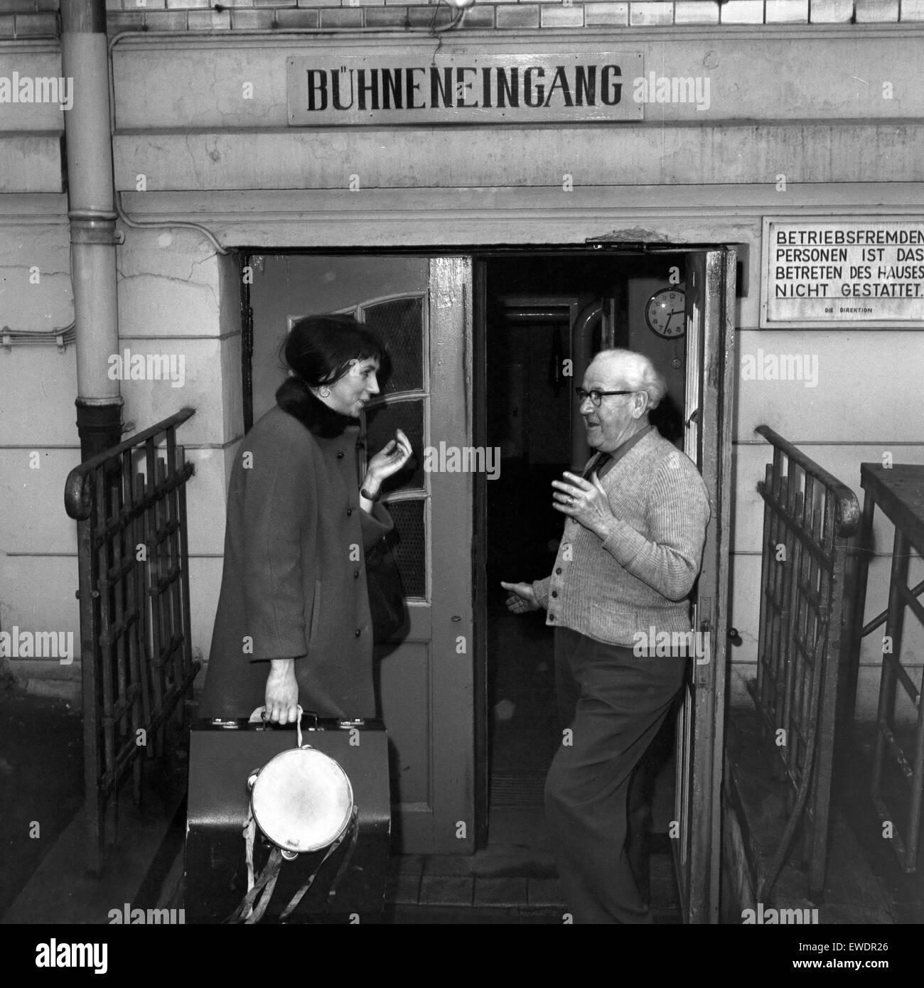 Und Ihr Steckenpferd ? Spielshow, Deutschland 1964, Eine Mitwirkende mit dem Hausmeister am Bühneneingang Stock Photo