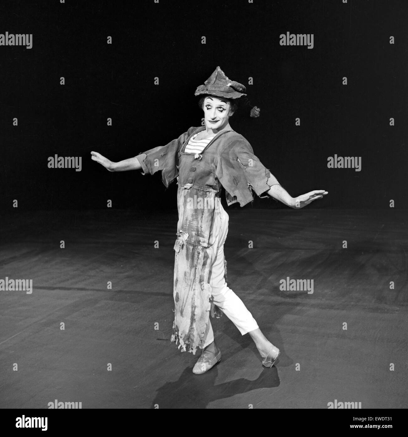 Französischer Pantomime Marcel Marceau in Hamburg, Deutschland 1960er Jahre. French pantomime Marcel Marceau performing Stock Photo