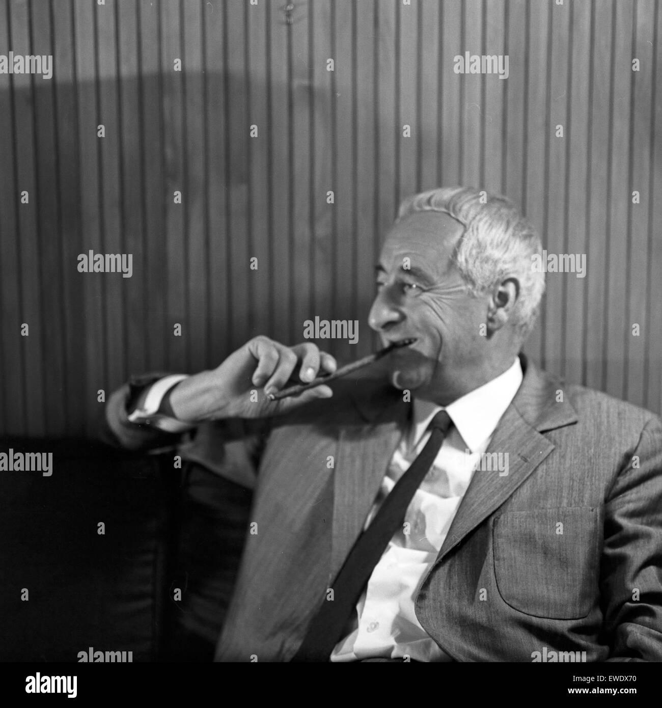 Deutscher Physiker, Schriftsteller und Fernsehjournalist Professor Heinz Haber, Deutschland 1960er Jahre. German physicist, author and TV journalist Heinz Haber, Germany 1960s. Stock Photo
