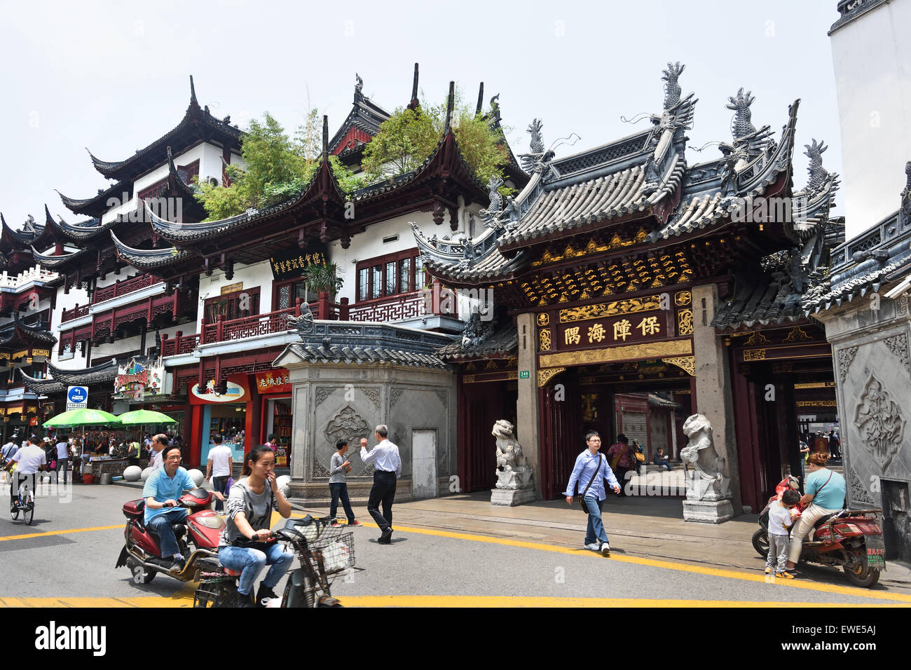 Yuyuan garden bazaar old city shopping area shanghai china for Shopping in cina