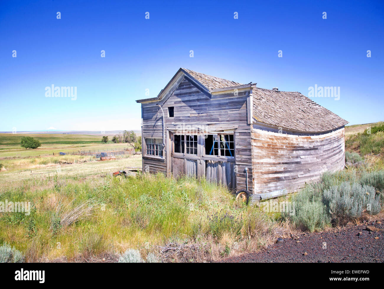 A 1930s era garage on the prairie of northern Oregon near the tiny town of Mayville. - Stock Image